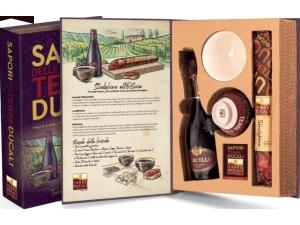 Terre ducali  libro sapori strolghino all'osteria:  - strolghino gr 240 - lambrusco ml 375 - tazza da vino - carte da gioco